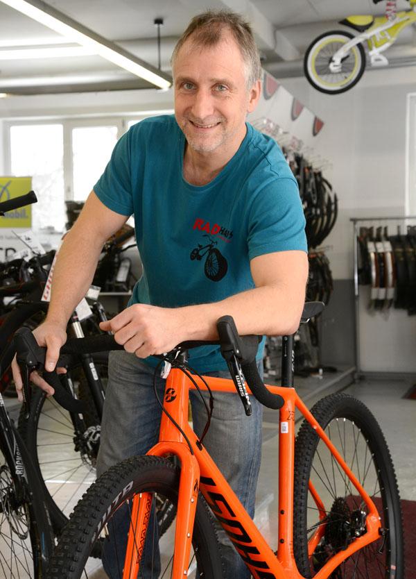 Portrait vom Chef mit einem Mountainbike